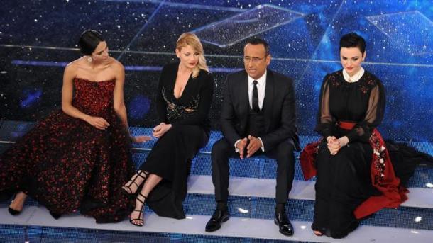 Rocío Muñoz Morales, Emma, Carlo Conti ed Arisa sul palco dell'Ariston
